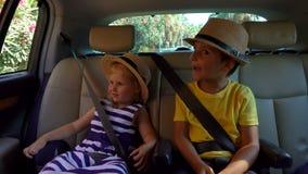 Jungen- und M?dchenreiten im Auto