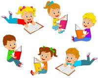 Jungen und Mädchen, die eine Büchersammlung lesen Lizenzfreies Stockfoto