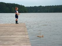 Jungen- und Segelboot Lizenzfreies Stockbild
