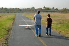 Jungen und Spielwaren Lizenzfreies Stockfoto