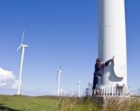 Jungen- und Windturbine Stockfotografie