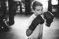 Jungen-Verpacken-Trainings-Sandsack-Übungs-Konzept Lizenzfreies Stockfoto