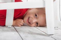 Jungen-Verstecken Stockbild