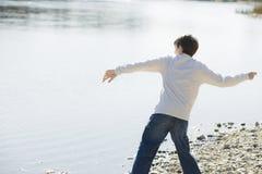 Jungen-werfende Steine Stockfoto