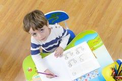 Jungenabbildung und -zeichnung des Kindes drawing Stockfoto