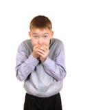 Jungenabdeckung der Mund Stockfoto