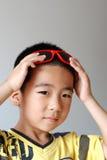 Jungenabnutzungssonnenbrillen Stockfoto