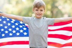 Jungenamerikanische flagge Stockbild