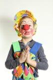 Jungenclown mit roter Nasen- und Gelbkappe Lizenzfreie Stockfotos