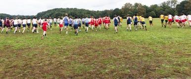 Jungencross country-Rennanfang von hinten lizenzfreie stockfotografie