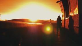 Jungenfahrt auf Rollen an der Seeseite in der Stadt am Abend Roter Sonnenuntergang Auto liebhaberei stock video