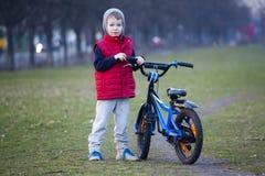 Jungenfahrt ein Fahrrad im Stadtpark Lizenzfreies Stockbild