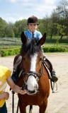 Jungenfahrten auf ein Pferd Lizenzfreie Stockfotos