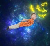 Jungenfliegen mit abstraktem Hintergrund Stockfotografie