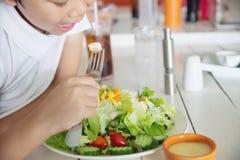 Jungenglücklicher essfertiger Gemüsesalat lizenzfreie stockbilder