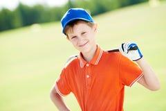Jungengolfspielerporträt mit Verein lizenzfreie stockfotografie
