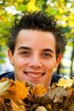 Jungenholding-Herbstblätter Lizenzfreies Stockfoto