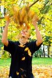 Jungenholding-Herbstblätter Lizenzfreie Stockbilder