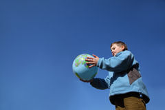 Jungenholdingballon in der Form der Kugel Stockbilder