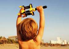 Jungenholdingdrachen am Strand Lizenzfreies Stockfoto