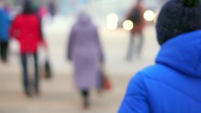 Jungenjugendlicher in einem Blau hinunter die Jacke, die auf der Straße steht Auf dem Hintergrund der Fahrautos, der der Jungendr stock video