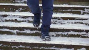 Jungenjugendlicher im Blau hinunter Jacke verlor in der Stadt Er geht die Treppe hinunter stock video footage