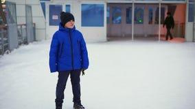 Jungenjugendlicher im Blau hinunter Jacke verlor in der Stadt Er ist am Bahnhof, schaut herum stock footage