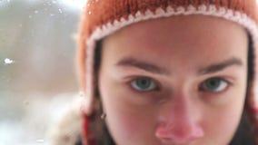 Jungenjugendlicher schaut heraus das Fenster im Winter stock footage