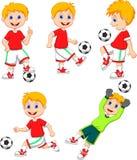 Jungenkarikatur, die Fußball spielt Lizenzfreie Stockbilder