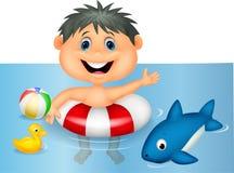 Jungenkarikatur, die mit aufblasbarem Ring schwimmt Stockfotos