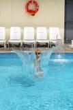 Jungenkind, das in das Pool springt Lizenzfreie Stockfotos