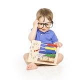 Jungenkind mit Abakusuhr in den zählenden Gläsern, intelligentes Kind Stockbild
