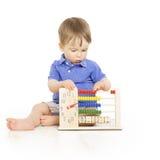 Jungenkind mit der zählenden Abakusuhr, intelligente Kleinkindstudie les Lizenzfreie Stockbilder