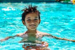 Jungenkinderkind acht Jahre heller Tag des alten inneren Spaßes des Swimmingpool-Porträts glücklichen Lizenzfreies Stockbild
