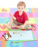 Jungenkindzeichnung auf Kindmatte Lizenzfreie Stockfotografie