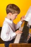 Jungenklavier Pianist mit klassischem Musikinstrument des Flügels Lizenzfreie Stockfotos