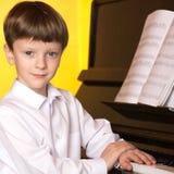 Jungenklavier Pianist mit klassischem Musikinstrument des Flügels Lizenzfreie Stockbilder