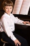 Jungenklavier Pianist mit klassischem Musikinstrument des Flügels Stockfoto