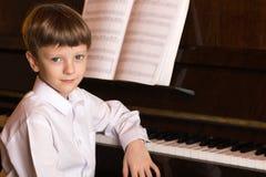 Jungenklavier Pianist mit klassischem Musikinstrument des Flügels Lizenzfreies Stockfoto