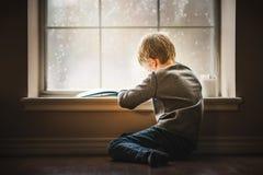 Jungenlesebuch lizenzfreie stockfotos