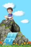 Jungenlesebuch auf dem Felsen Stockfotografie