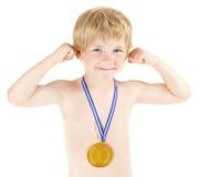 Jungenmeister mit goldener Medaille. Hände oben angehoben Lizenzfreie Stockfotos