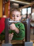 Jungennahaufnahme nahe dem Mechanismus Lizenzfreie Stockfotografie