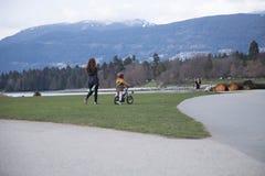 Jungenpark der jungen Frau der Mutterschaft gehender kleiner stockbilder