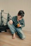Jungenpirat mit einem Papageien und einem Segelboot Stockbilder