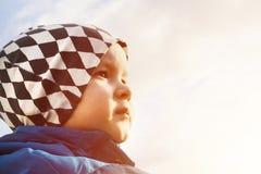 Jungenporträt, das vorwärts schaut lizenzfreies stockfoto