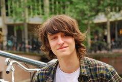Jungenporträt, 16 Jahre alte Jugendliche mit dem langen Haar Stockfoto