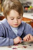 Jungenpuzzlespiel lizenzfreies stockfoto