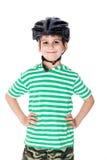 Jungenradfahrer mit Sturzhelm Stockfotos