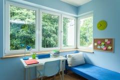Jungenraum mit großem Fenster Stockbild